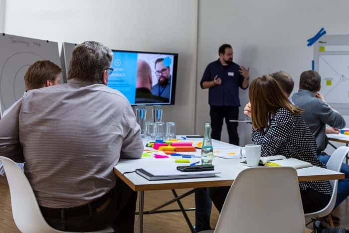 Teilnehmer hören Trainer von Me & Company im Rahmen der Masterclass Agile Leadership zu