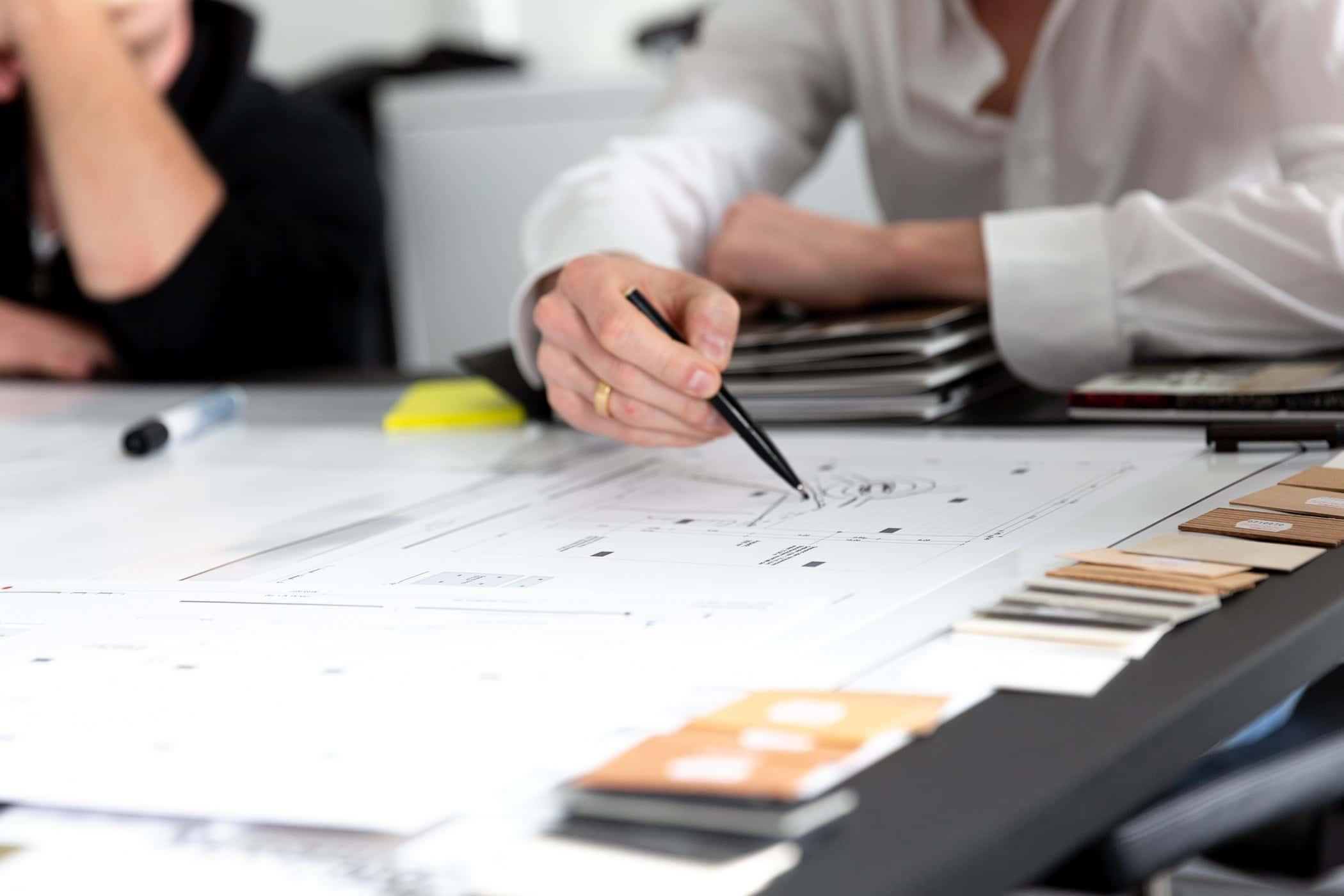 Teilnehmer der Agile Leadership Masterclass zeichnet Prototypen mit Stift