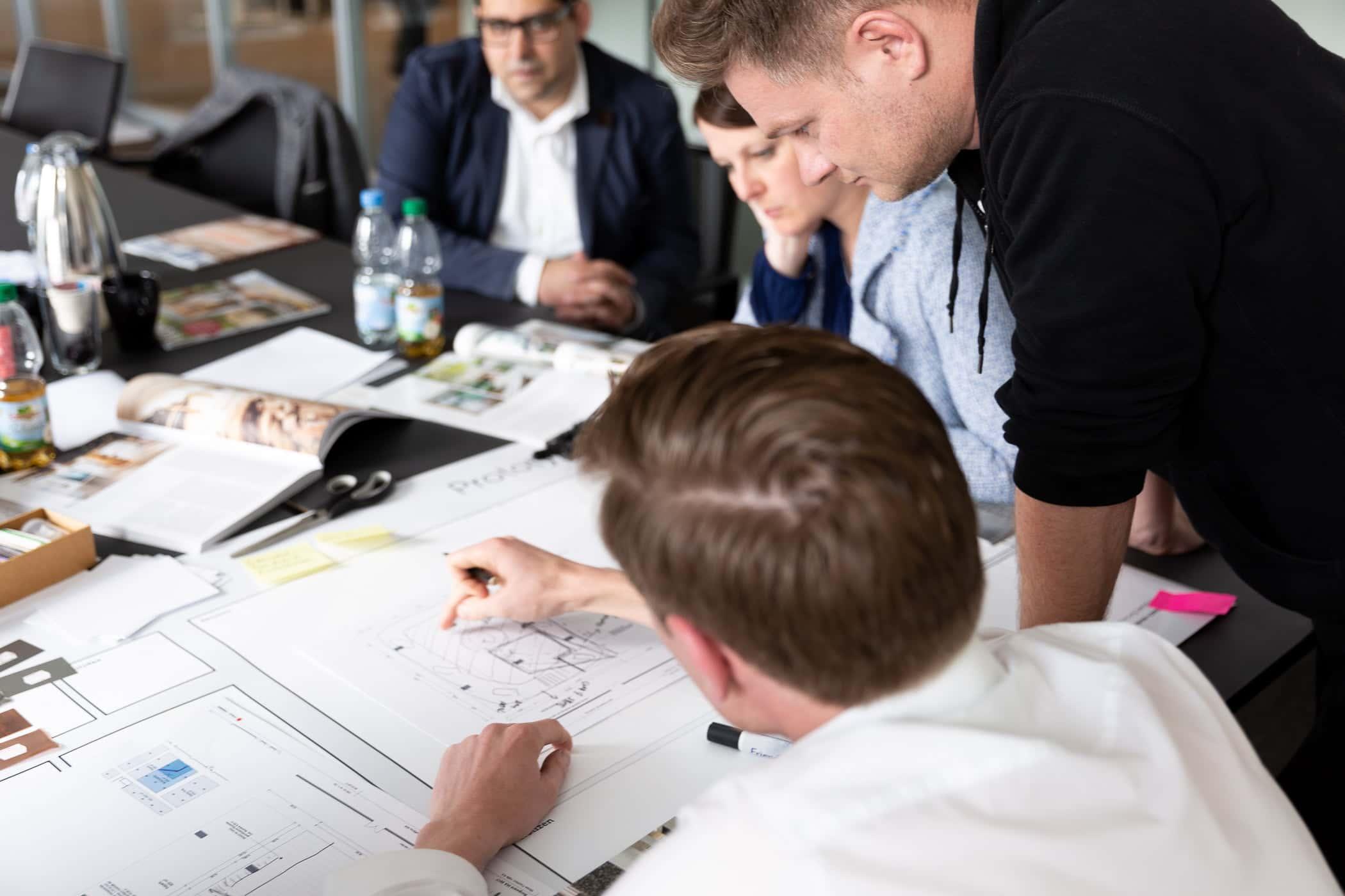 Teilnehmer der Masterclass Agile Leadership von Me & Company arbeiten co-kreativ zusammen