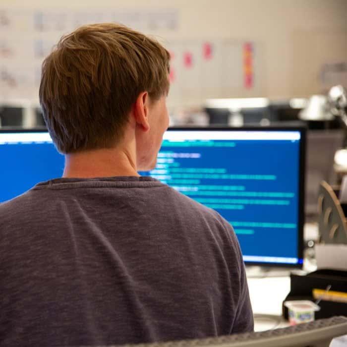 Mitarbeiter von Me & Company arbeitet am Rechner in seiner Rolle als Frontend Engineer