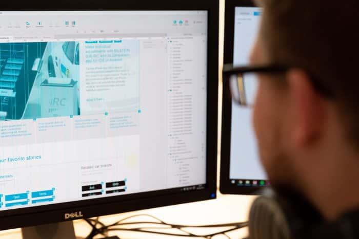 Mitarbeiter von Me & Company arbeitet am PC an digitalen Lösungen für Kunden
