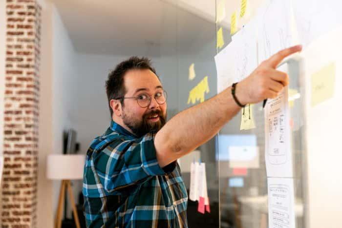 Mitarbeiter führt anhand von Zeichnungen in einen Communcation Sprint ein
