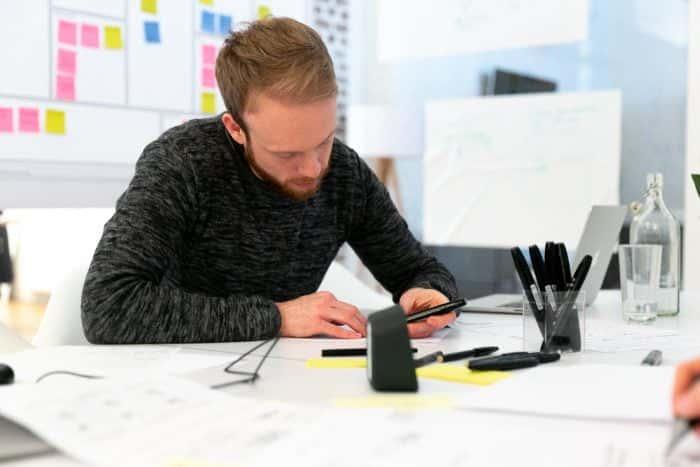 Teilnehmer der Masterclass Agile Pioneers arbeitet an einem Papier-Prototypen