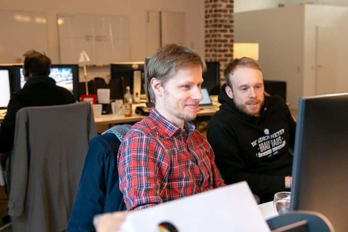 Mitarbeiter von Me & Company arbeiten im Pairing gemeinsam an einem Arbeitsplatz