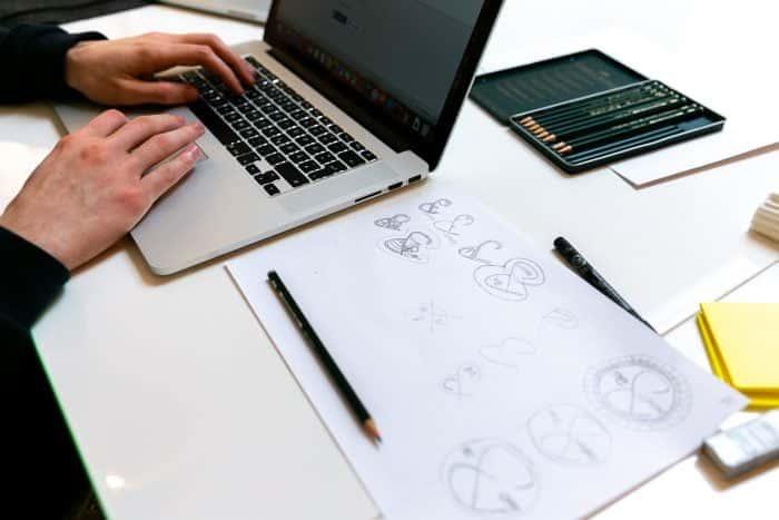 Mitarbeiter von Me & Company arbeitet im Rahmen eines Ecosystem Analysis Sprint im Laptop