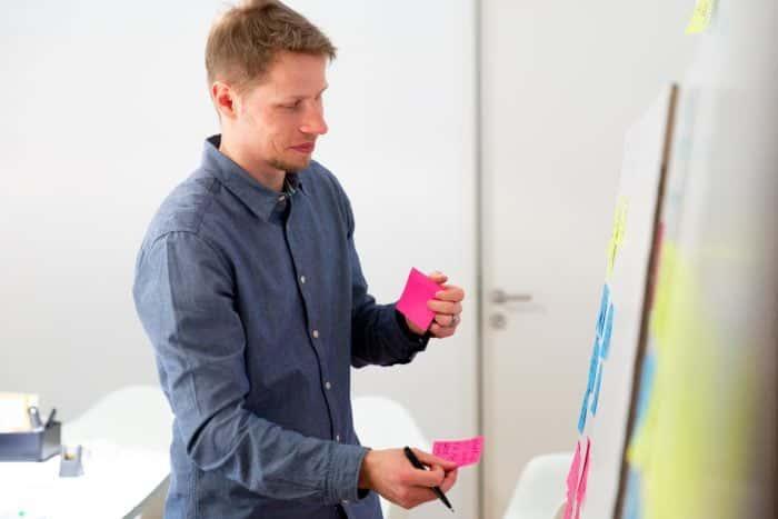 Bewerber von Me & Company bei einer Whiteboard Challenge