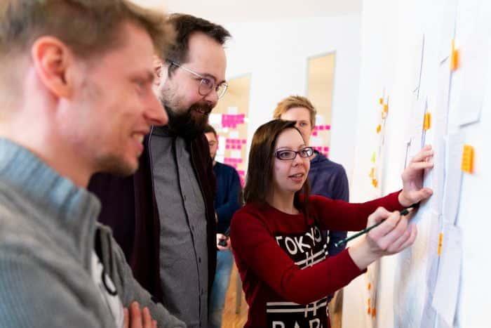 MItarbeiter von Me & Company arbeiten co-kreativ im Teamgeist Programm zusammen