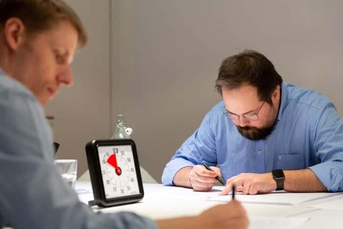 Mitarbeiter von Me & Company bereiten sich auf das Halten eines Agile Leadership Webinars vor