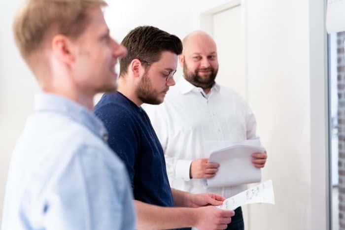 Experten von Me & Company coachen einen Kunden in CX und UX