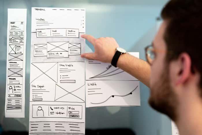 Mitarbeiter von Me & Company evaluiert ein Produkt anhand eines Papierprototypen
