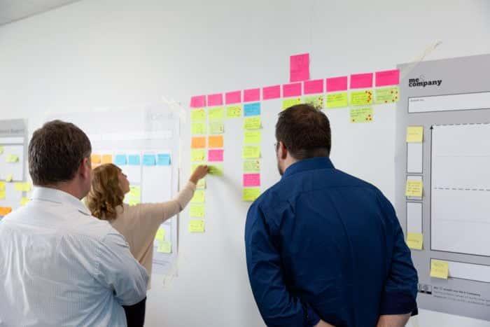 Ein Mitarbeiter von Me & Company arbeitet gemeinsam mit Kunden an einer Idee für ein Neugeschäft