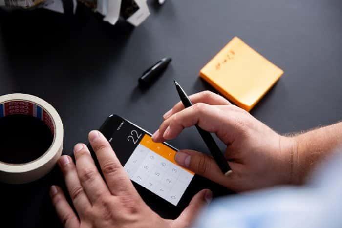 Berechnung von Growth Maßnahmen auf Taschenrechner im Büro von Me & Company