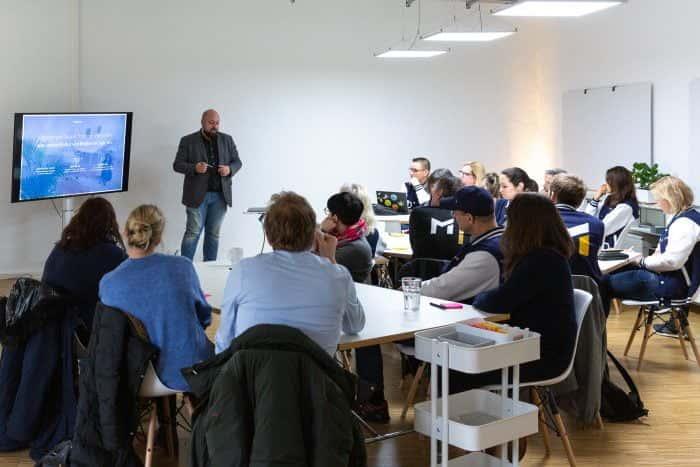 Mitarbeiter von Me & Company hält einen Vortrag zu New Work vor Besuchern der Metro AG