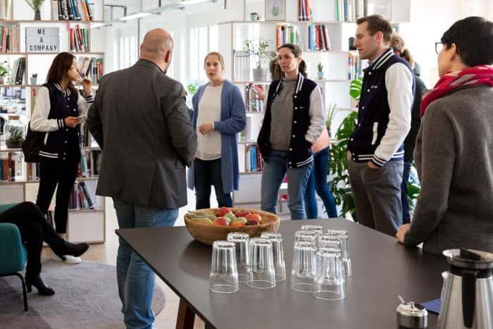Mitarbeiter von Me & Company spricht zu Teilnehmern eines New Work Sprints