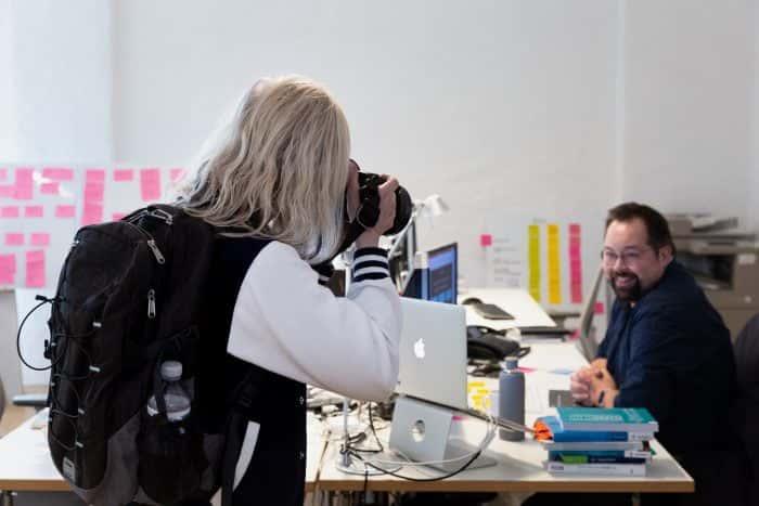 Mitarbeiterin der Metro AG schießt im Rahmen einer New Work Expedition ein Foto