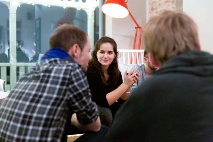Mitarbeiter von Me & Company sitzen in der Lounge des Loft Hotels auf Norderney