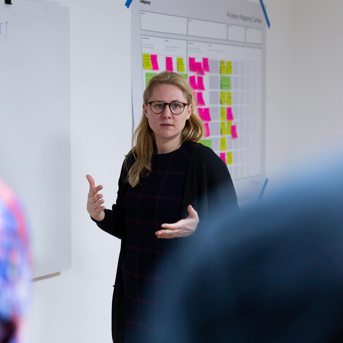 Ein Agile Coach von Me & Company im Gespräch mit Kunden