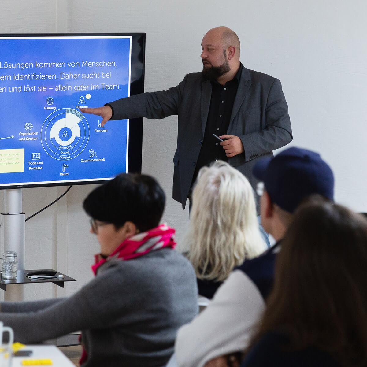 Mitarbeiter von Me & Company hält Vortrag im seiner Rolle als Company Designer
