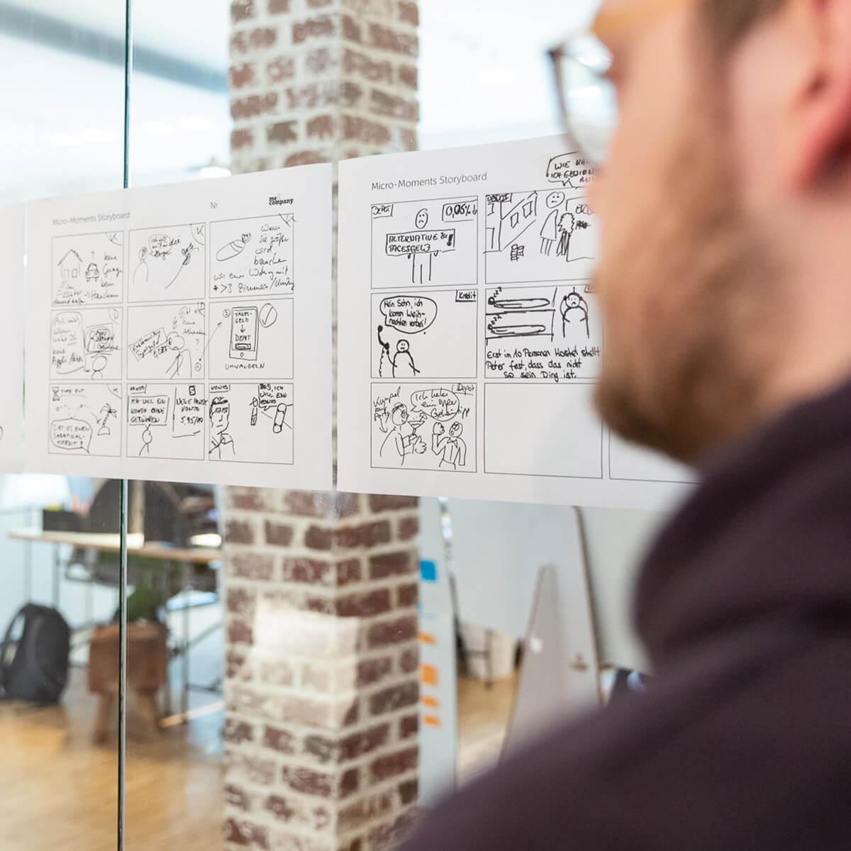 Mitarbeiter von Me & Company entwickelt ein Storyboard in seiner Rolle als Corporate Storyteller