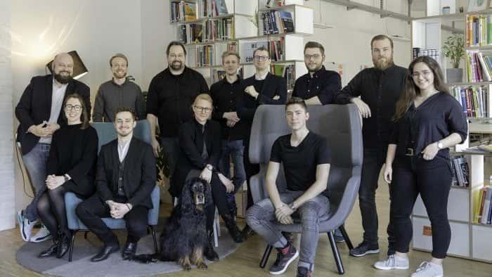 Das Team von Me & Company vor einem Bücherregal