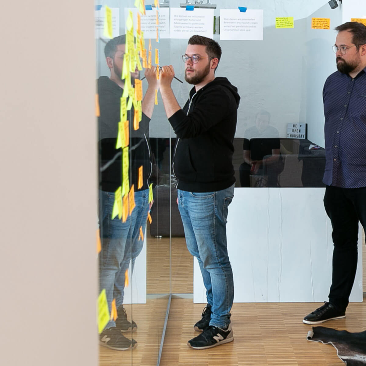 Mitarbeiter von Me & Company beschreibt Post-its im Rahmen seiner Rolle als User Experience Designer
