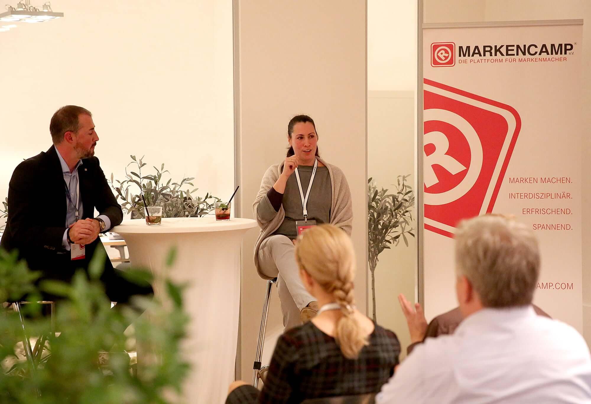 Zwei Sprecher auf der Bühne bei der Markenlounge
