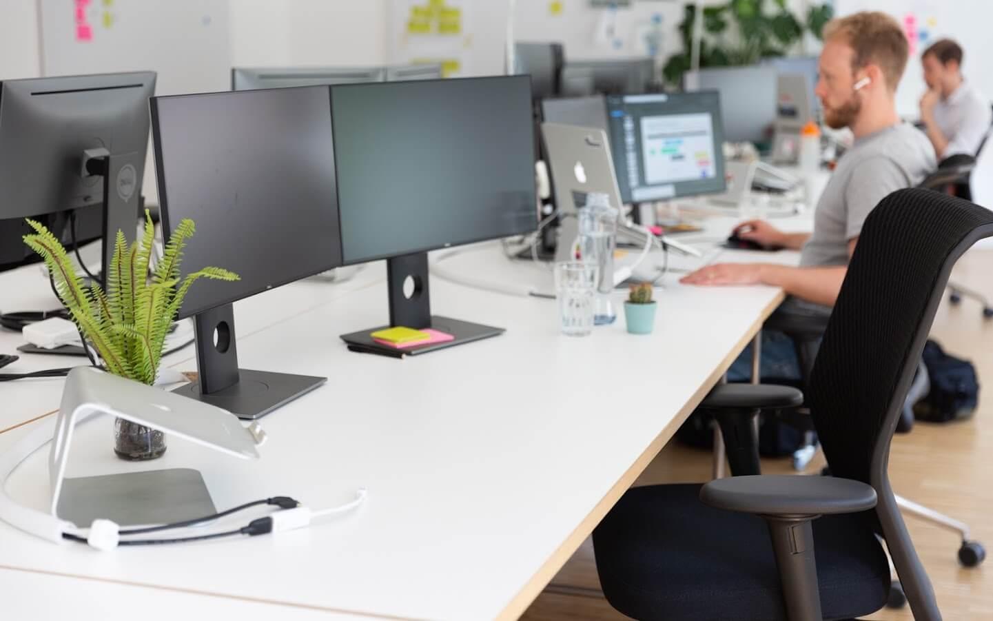 Arbeitsplatz mit zwei Monitoren im Coworking Space in Düsseldorf
