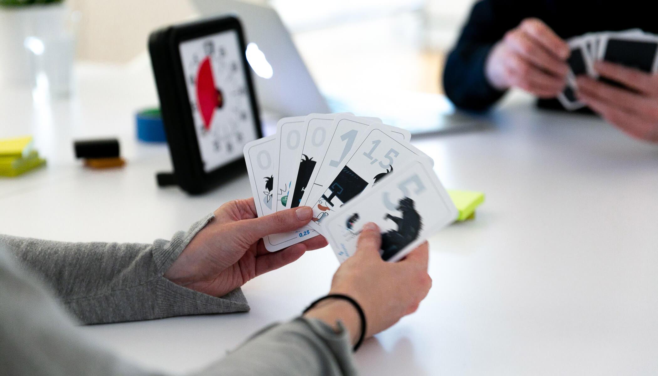 Ein Team schätzt mit Hilfe der Planning Poker Methode Aufwände in der Scrum Planung