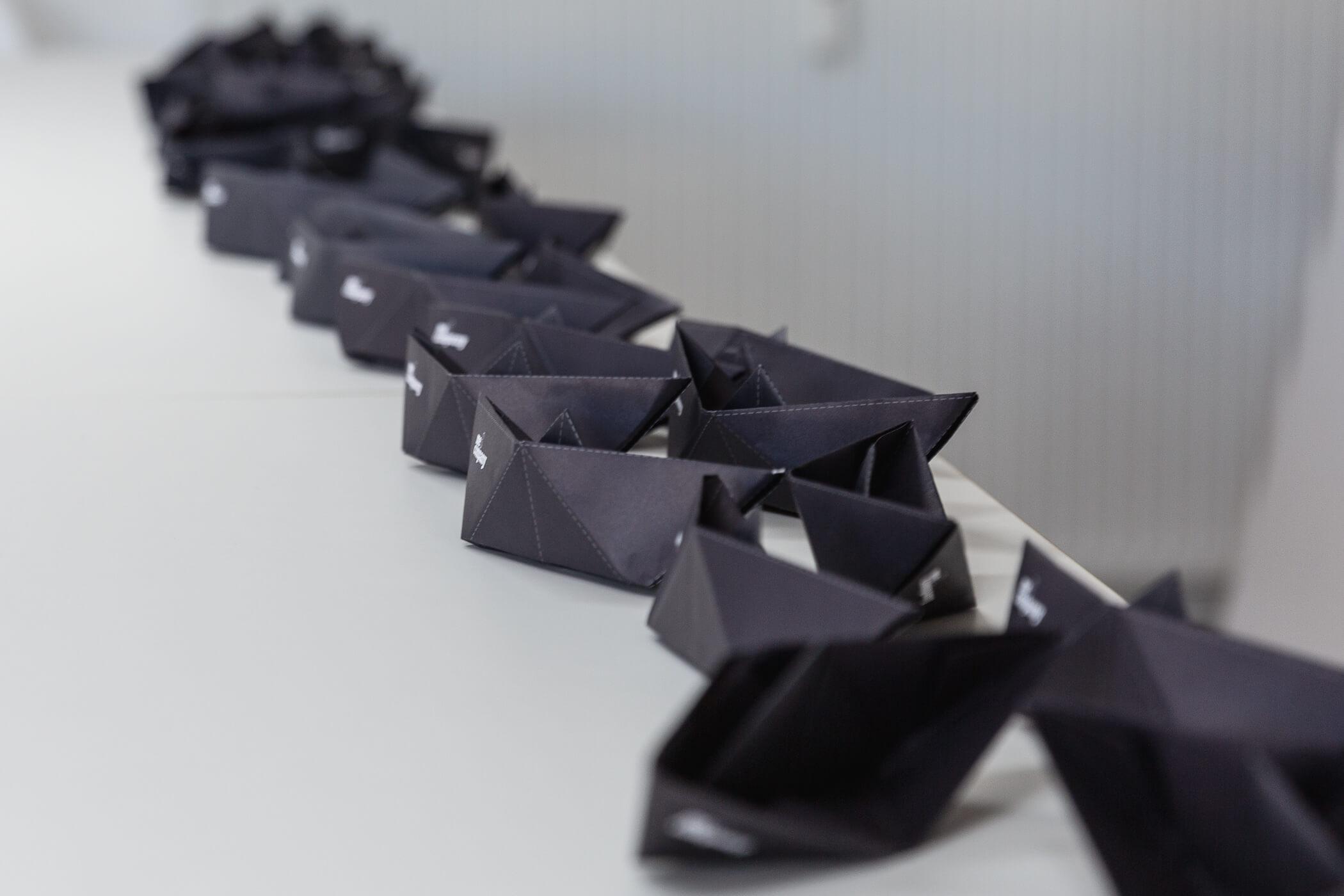 Symbolbild Produktion: Origami Schiffe von Me & Company
