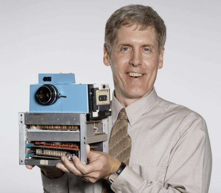 Kodak Ingenieur Steve Sasson mit der von ihm entwickelten Digitalkamera