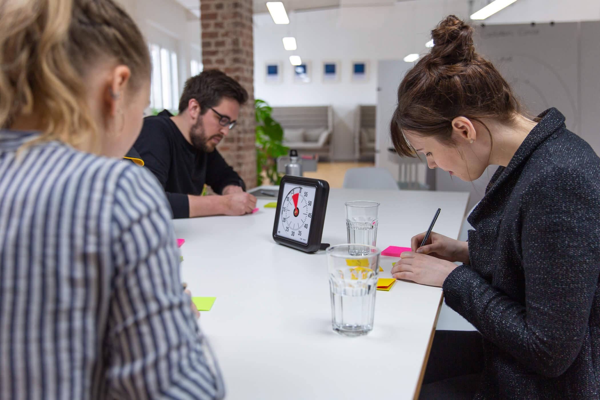 Agiles Team bei der Planung der Sprint Review Agenda